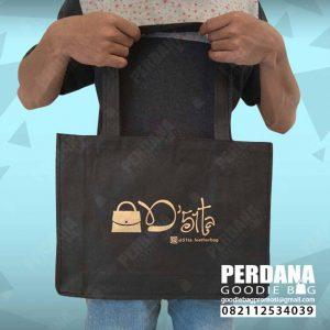 tas spunbond hitam sablon gold D'51ta di BSD by Perdana Q3930